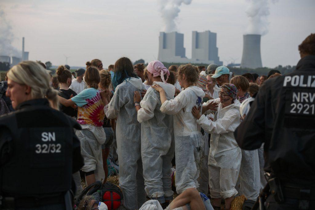 Ende Gelände -aktivistit Euroopan suurimman hiilikaivoksen reunalla Reininmaalla Saksassa. Kuva: Jannis Grosse, Ende Gelände 2017